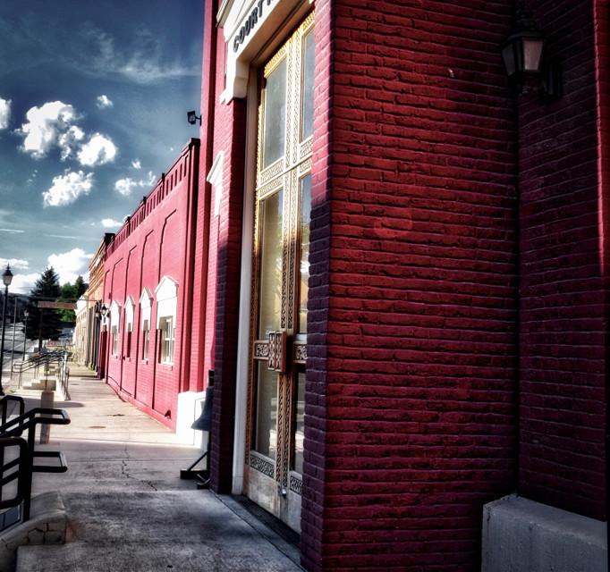 The Golden Door#lumixphotography#lumixusa#nikon#nikonlandscpe#nikonusa#red#perspective#vanishingpoint#landscapephotography#goldendoor#instagrammers#instagramers#picsart#picsartist#sunlight#bricks#redbricks