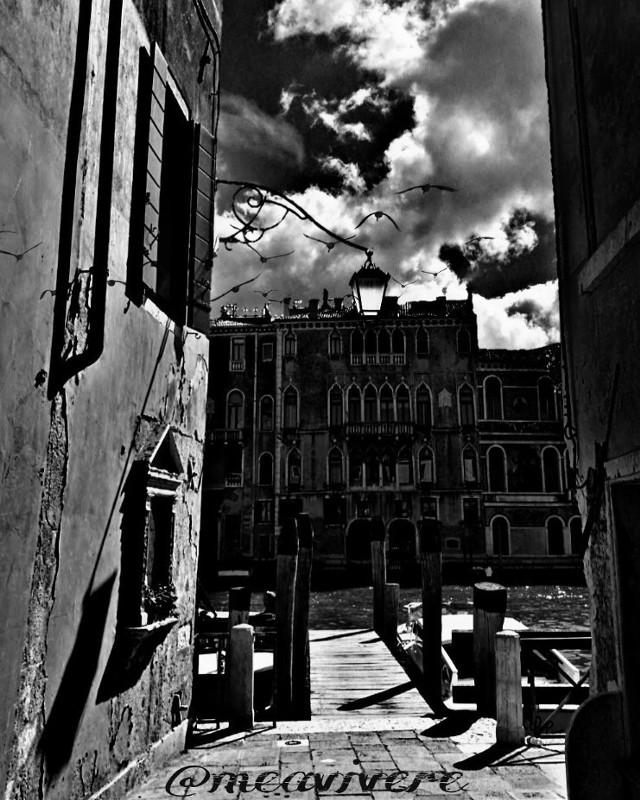 Good night to all! Hey liebe Kuller, für dich, weil ich zurzeit so rar bin:)) @kuller  #blackandwhite #monochrome #lamp #lamps #architecture #urban #capture #shadows #italy #travel #streetphotography #darkart #black #midnight #moonlight #clipart #shadow #window #dark  #nightphotography #night  #darkart