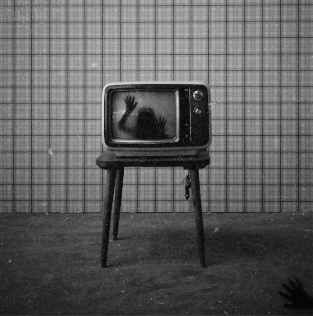 ~ the haunted tv ~  #freetoedit #tv #oldtv #television #tele #vintagetv #scary #miedo #horror #glitch #spooky #creepy #halloween #haunted #terror #misterioso