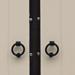 exploringthecitystreets house whitewoodendoor details blackdoorhardware