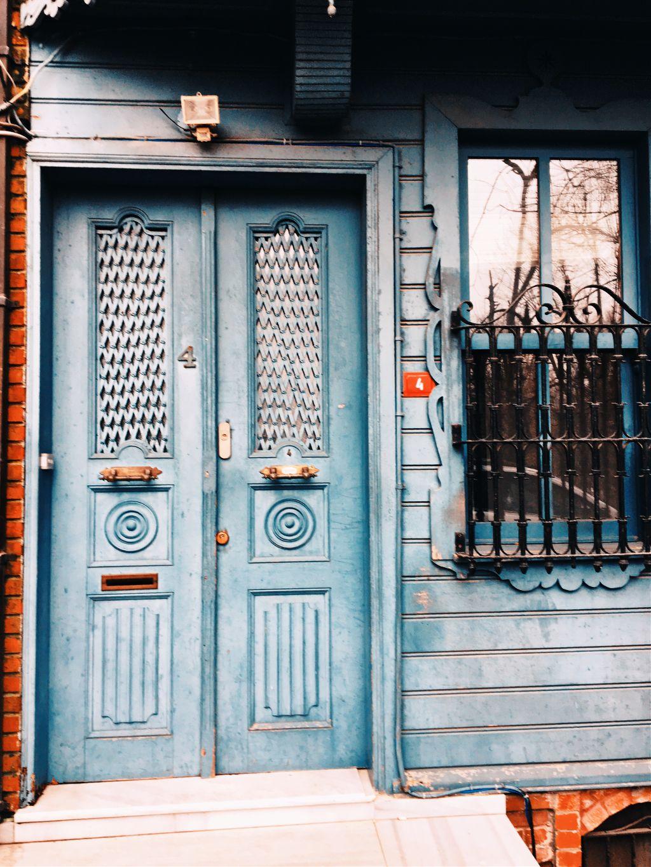 Sokaklarında yürümek 🎒  #photography #photographer #picoftheday #picsart #travel #travelphotography #doors #street #objektifimdenyansiyanlar #istanbul #turkey #turkobjektif #myedit #freetoedit