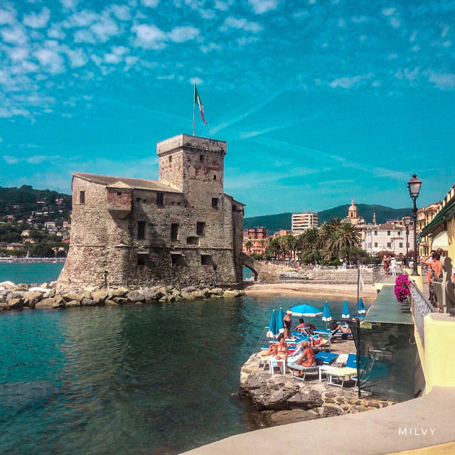 The #Castle of #Rapallo 🏰🌊🚣🏾♀️⛱ #Italy #Liguria #shotoniphone #myphoto #italiansummer #summer #italianview #clouds #landscape #sea #mare #sky #beach #Italia #medievalcastle