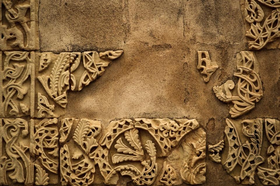 Medina Azahara . . #andalucía #photography #city #art #córdoba #lightroom #lightroomphotography #lightroomedits #city #LaCulturaEnCórdobaNoSePara #freetoedit #medinaazahara #setoff #stone #ornament #wall #texture