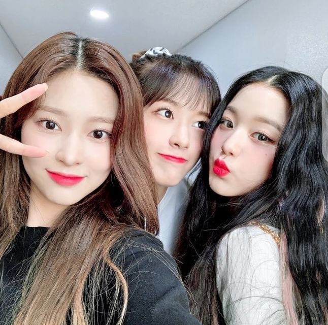 I am with my sweet girls yujin and @official_wonyoung. We are getting ready its almost our turn now....