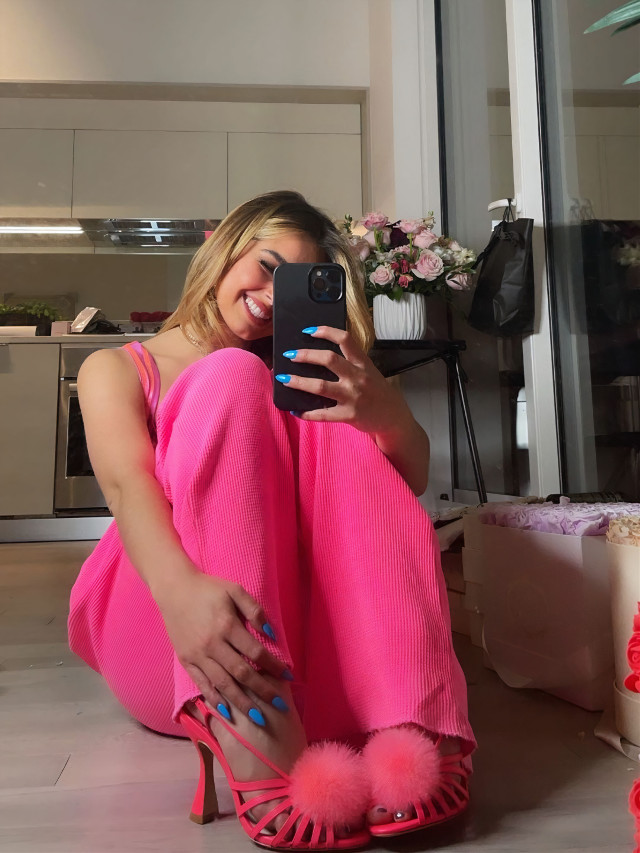 💓 #freetoedit #addisonrae #pink #selfie #mirror #phone #happy #sittingdown #tiktok #tiktoker #me #lovely #addison #rae #remixme #photooftheday